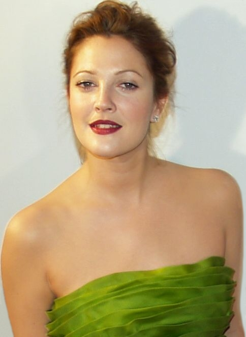 A young drew Barrymore posing for the camera at the Never Been Kissed premier