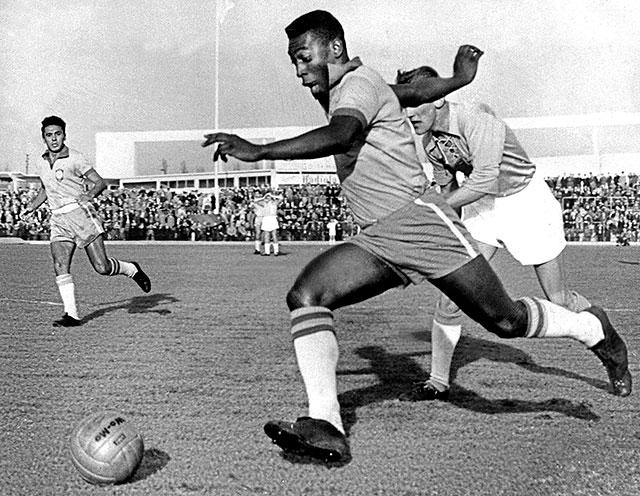 Pele dribbling past a defender during the 1960 season.
