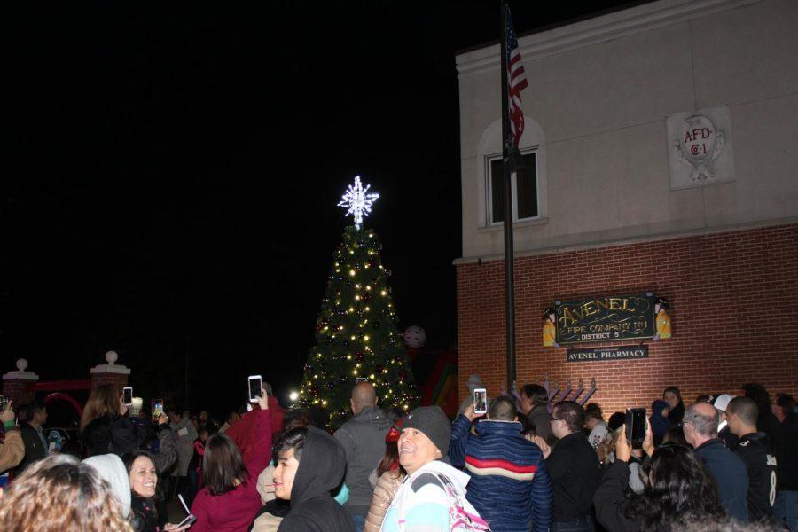 The+lit+Christmas+tree+in+Avenel%21