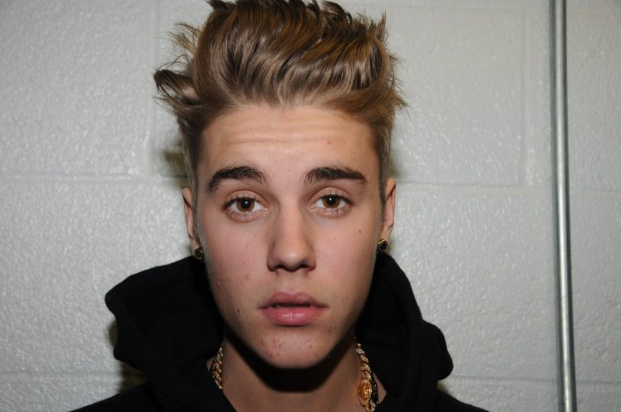 Looking serious for the photo, Justin Bieber surpass 10 billion views on Vevo.