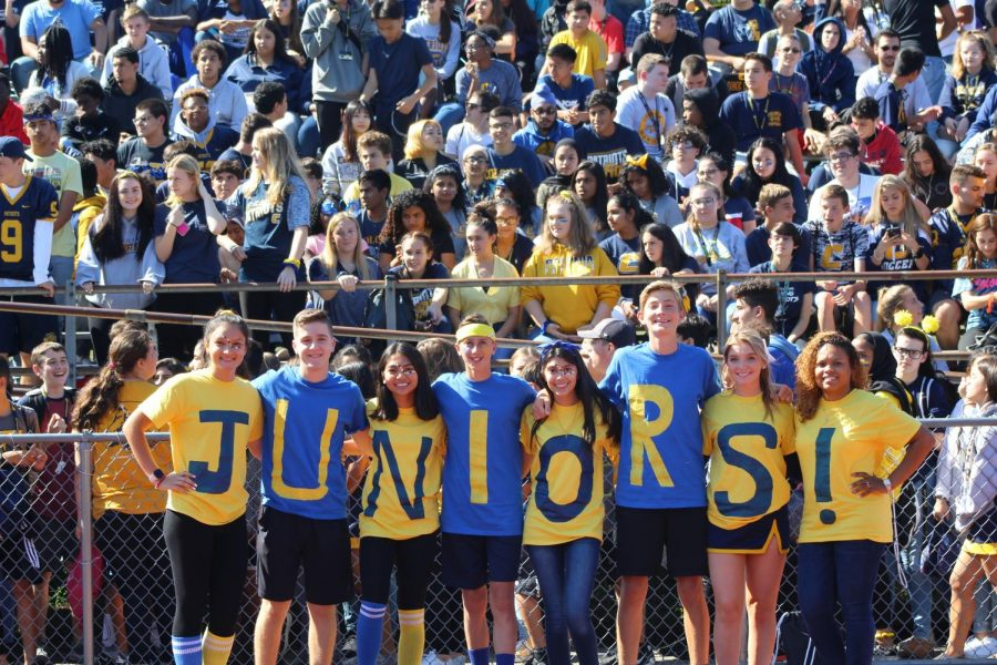 Junior+Class+Officers+pose+for+a+picture+during+the+pep+rally