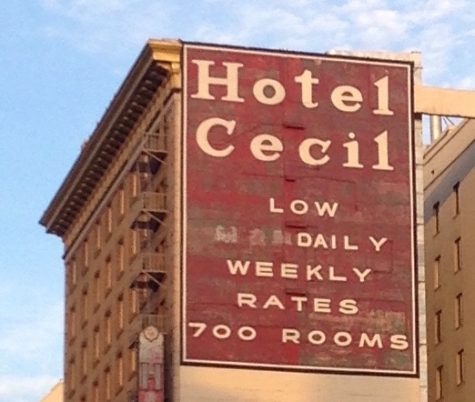 A sign to the side of the hotel states the average price and amount of rooms it has as a whole, but also displays the inferior quality and higher quantity of the establishment.